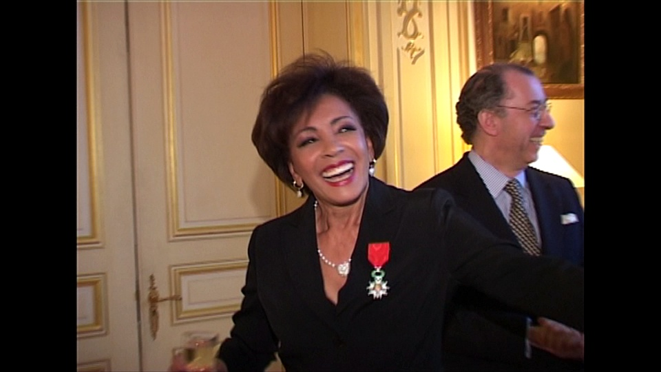 Shirley Bassey smiling at a wedding event